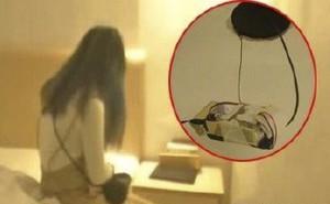 Thuê phòng khách sạn, tờ mờ sáng, đôi tình nhân phát hiện máy quay lén gắn trên trần nhà