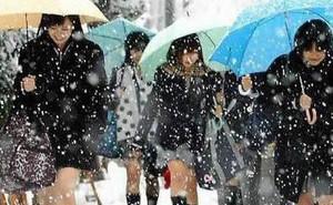 """Mặc cho tuyết rơi trắng trời, nữ sinh Nhật Bản vẫn """"kiên cường"""" diện váy ngắn xinh xắn tới trường"""
