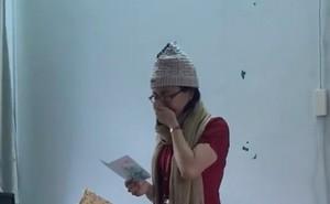 """Clip: """"Cô giáo mít ướt"""" bật khóc trên bục giảng vì quá xúc động khi nhận quà 20/11"""