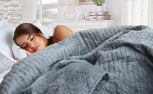 Đắp thử Chăn Trọng lực nặng 11,4 cân, giá gần 6 triệu: Sinh ra để giúp bạn có những giấc ngủ tuyệt vời nhất