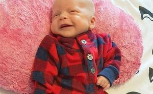 Ngủ cùng con trai bé bỏng trên ghế sofa, 2 tiếng sau người cha tỉnh dậy sững sờ với cảnh tượng trước mắt