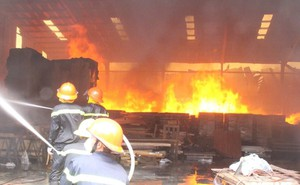 Cháy lớn tại xưởng gỗ rộng hàng nghìn m2 ở Bình Dương