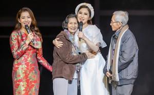 """Hương Tràm gây xúc động khi tặng người mẹ 73 tuổi cặp vé máy bay để thực hiện """"giấc mơ Mỹ"""""""