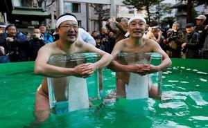 24h qua ảnh: Đàn ông Nhật Bản ôm đá lạnh để tẩy uế giữa tiết trời giá buốt