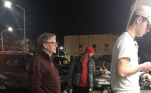 Bức ảnh tỷ phú Bill Gates đứng xếp hàng tại quán ăn chờ đến lượt gây bão mạng xã hội