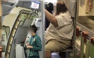Nữ tiếp viên hàng không bất đắc dĩ giúp hành khách nam tàn tật một việc 'khó xử'