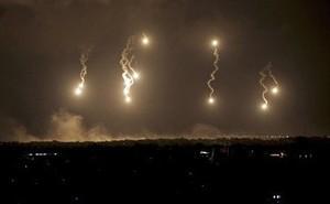 Quân Syria bí ẩn bắn nhiều pháo sáng trên bầu trời tỉnh Hama