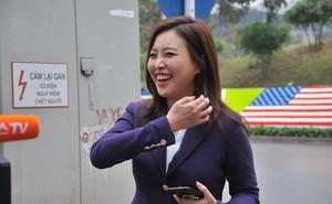 Nụ cười của nữ PV Hàn Quốc gây ấn tượng khi tác nghiệp trước khách sạn JW Marriott Hà Nội