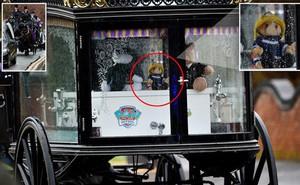 Đám tang ngập tràn hoa và gấu bông, có cả xe cảnh sát hộ tống, phía sau đó là một câu chuyện đau lòng của 4 đứa trẻ cùng chung một số phận