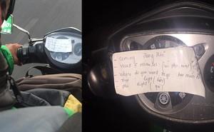 Tài xế Grab dán mảnh giấy lạ trên đầu xe máy, dân mạng đọc xong, nửa thích thú nửa nghi ngại