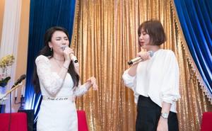 Hồ Quỳnh Hương đi chân đất hát song ca cùng Văn Mai Hương