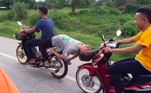 Ngồi phía trước, thanh niên ngả đầu vào giỏ xe chạy sau khiến ai thấy cũng sợ hãi