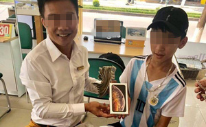 Cậu bé mang cả túi tiền lẻ để dành từ lớp 7 đi mua Iphone XS - câu chuyện hút nghìn like trên MXH