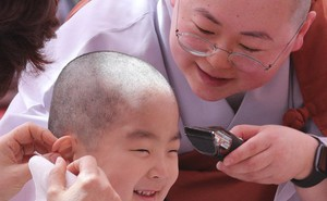 Cưng muốn xỉu trước 50 sắc thái của các chú tiểu ở Hàn Quốc trong ngày lễ Phật đản
