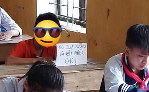 """Dòng chữ """"dằn mặt"""" để trên bàn của hai học sinh trong giờ kiểm tra khiến bạn học e dè, ngại ngùng"""