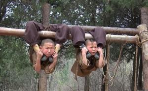Tiểu hòa thượng treo người lên cây để luyện kung- fu