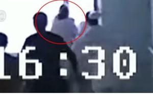 Khoảnh khắc nữ y tá cứu sống người đàn ông nhảy lầu tự tử bằng một tay