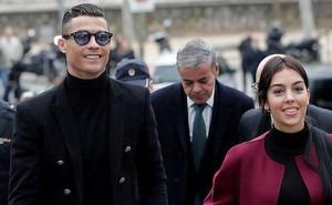 Ra tòa ký nhận án tù treo và nộp phạt 496 tỷ VNĐ, Ronaldo vẫn mặc đẹp như tài tử, tươi cười nắm tay bạn gái