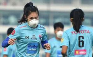 Hy hữu: Tuyển thủ Thái Lan phải đeo khẩu trang tập luyện vì ô nhiễm ở Bangkok