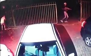 Bà mẹ bế con dũng cảm ngăn 3 tên cướp có súng