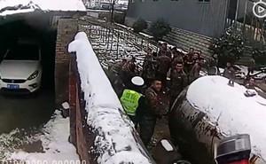 Trung Quốc: Tài xế say xỉn vứt xe, bật tường bỏ chạy ai ngờ nhảy vào đúng đồn công an