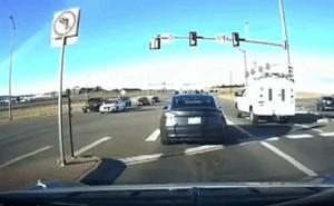 Xem hệ thống tự lái của xe Tesla dừng trong tích tắc để tránh tai nạn thảm khốc