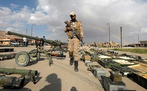 """Phiến quân bỏ của chạy lấy người, quân đội Syria tóm lô vũ khí """"khủng"""""""