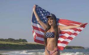 Vợ 67 tuổi làm lịch bikini tặng chồng nhân ngày tình nhân