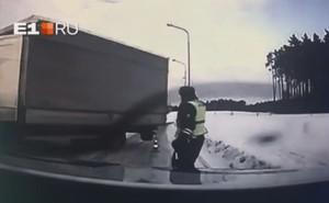 Xe tải mất lái lao thẳng vào người, viên cảnh sát thoát chết trong gang tấc