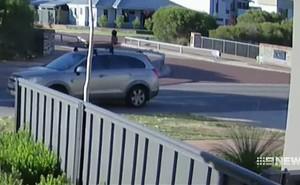 Lái xe như bay trên đường phố mà không biết nguy hiểm đe dọa con trai 4 tuổi, bà mẹ phải trả giá đắt cho sự bất cẩn của mình