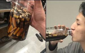 Dại dột nghe đám bạn cùng phòng thách thức, nam sinh tu hết chai nước chứa đầu lọc thuốc lá để nhận 4 triệu