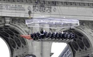 Anh tổ chức chuyến bay khỏa thân đầu tiên trên thế giới