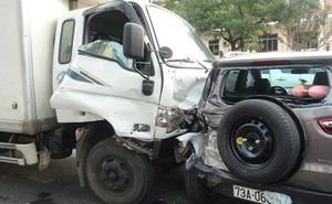 Quảng Bình: Xe tải đâm hàng loạt xe đang dừng đèn đỏ, nhiều người bị thương