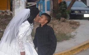 """Bức ảnh người phụ nữ kết hôn với """"một cậu bé"""" lan truyền MXH và sự thật đằng sau khiến nhiều người không khỏi ngỡ ngàng"""