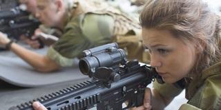 Ngẩn ngơ với vẻ khả ái của nữ binh sĩ Na Uy