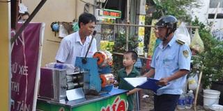 Anh bán nước mía lấn vỉa hè được bà chủ tịch phường bỏ tiền túi đóng phạt giúp