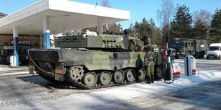 Khoảnh khắc thú vị: Xe tăng Leopard 2A4 vào trạm xăng để tiếp nhiên liệu