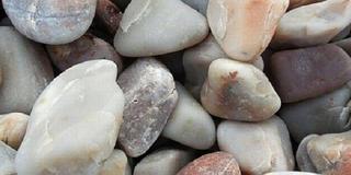 Ném cả túi đá xuống sông, còn viên cuối cùng, chàng trai mới tiếc ngẩn ngơ vì đó là đá quý