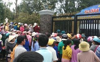 Hàng trăm người vây kín biệt thự khi thi thể 2 mẹ con được đưa về