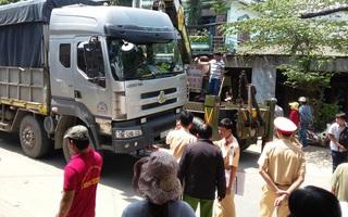 Người phụ nữ nhặt ve chai bị xe tải cán chết thảm