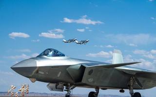 """Tiêm kích tàng hình J-20 Trung Quốc: Đáng thất vọng, """"chưa đủ tuổi"""" để dọa F-22 và F-35 Mỹ"""