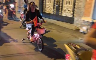"""Mỹ Tâm đáng yêu chạy """"siêu xe"""" đi bão ăn mừng đội tuyển Việt Nam vô địch AFF Cup 2018"""