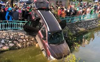 Video cận cảnh: Ô tô đâm thủng dải phân cách, cắm đầu xuống hồ Trúc Bạch, tài xế vẫn tỉnh