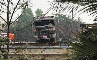 Trục vớt thành công xe tải 'đè' sập cầu Long Kiển