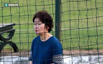 """Vợ thầy Park ra """"nhìn trộm"""" chồng; Công Phượng liên tục bị nhắc nhở"""