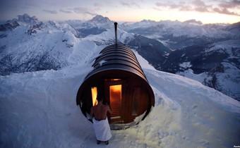 24h qua ảnh: Tắm hơi trên đỉnh núi giá lạnh ở Italia