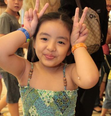 Con gái Thuý Hằng khệ nệ ôm giải thưởng