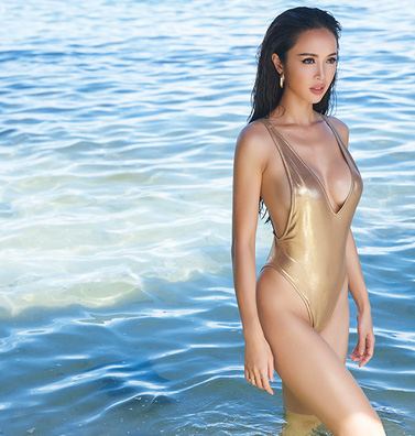 Vũ Ngọc Anh nóng bỏng với bikini tự thiết kế