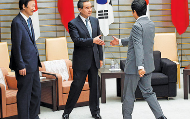 Nụ cười hiếm hoi của Vương Nghị tại Tokyo hé lộ tín hiệu gì?