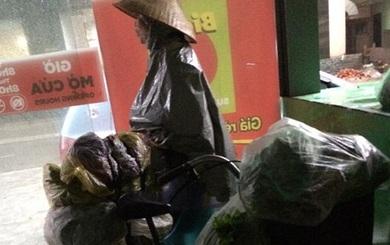 2 câu chuyện trái ngược vừa buồn vừa vui trên phố Hà Nội trong ngày mưa bão